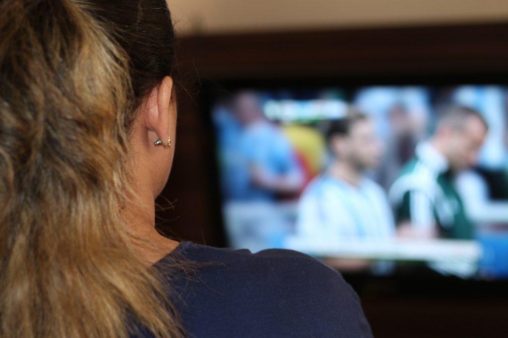 Zusammen Fussball im Fernsehen gucken